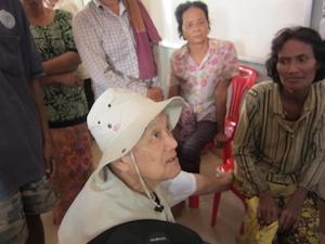 Kim Keuky atendiendo a varias mujeres camboyanas diabéticas.
